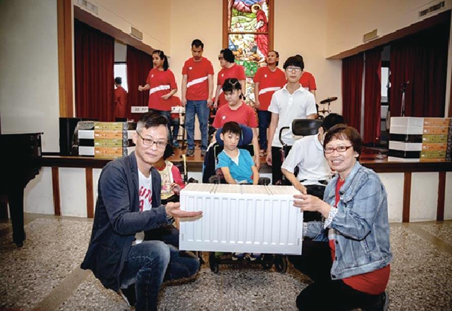 樹德企業研發設計部總監張梓桂(左)代表樹德企業致贈最新收納商品給惠民盲校校長毛樹芬。 圖/樹德公司提供