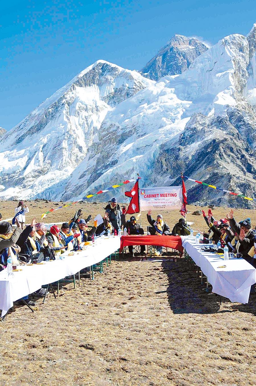 2009年12月4日,尼泊爾政府官員在其境內聖母峰召開「世界最高」內閣會議。(新華社)