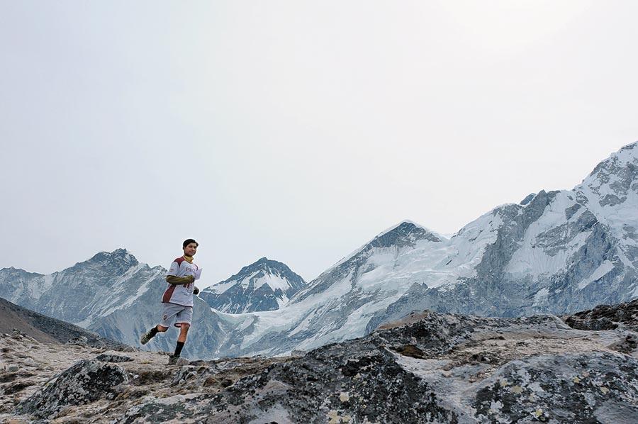 2012年5月29日,世界最高海拔馬拉松賽在尼泊爾開賽。 (新華社資料照片)