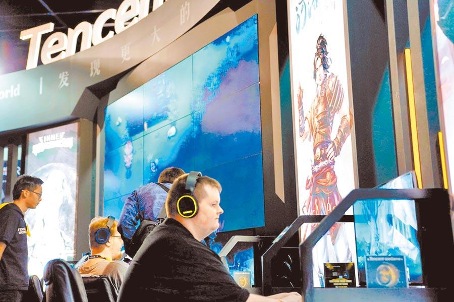 傳騰訊將調整海外戰略,解散歐美行銷團隊。圖為德國科隆國際遊戲展的騰訊展台。(中新社資料照片)