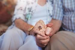 相愛到最後一刻 老夫妻牽手齊離世