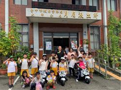 學童參訪警所 穿背心持警棍展架勢