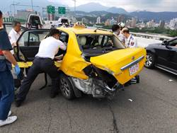 洲美快速道路追撞車禍  96歲老婦命危送醫