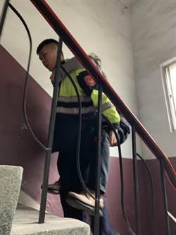 9旬老翁跌倒上不了樓 暖警揹上4樓