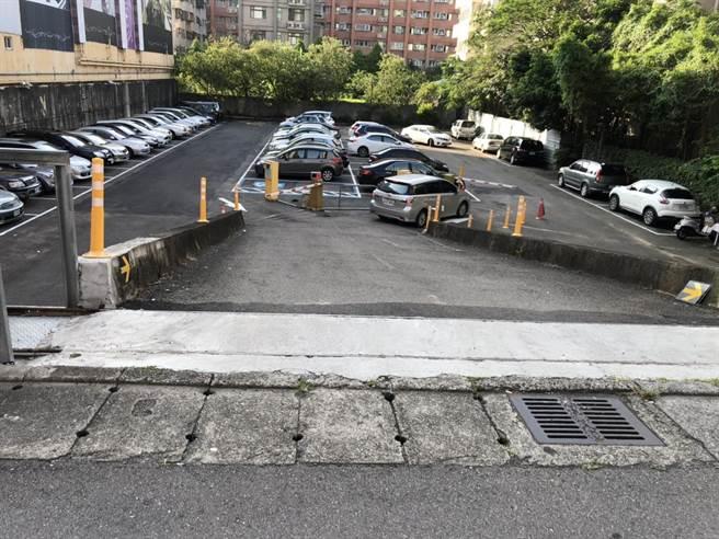 22歲程姓男子將車輛停在蘆竹1間停車場20天後,為了逃避1萬多元停車費,竟找人假意停車取得停車幣後,直接開車離開,遭檢方依詐欺罪嫌起訴。(賴佑維攝)