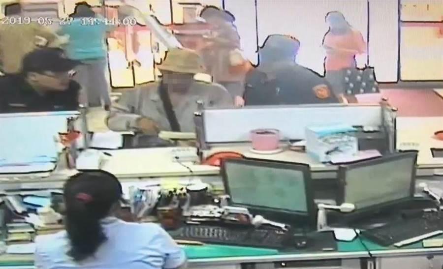 警方在櫃檯苦勸李男。(徐養齡翻攝)