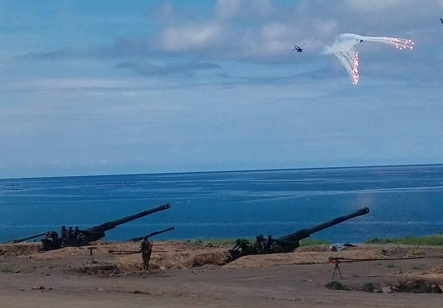 「聯合灘岸殲敵作戰實彈射擊」早上在屏東操演。呂昭隆攝
