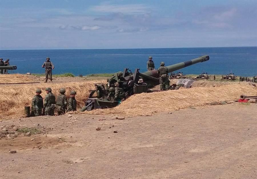 M110A2女砲班。呂昭隆攝