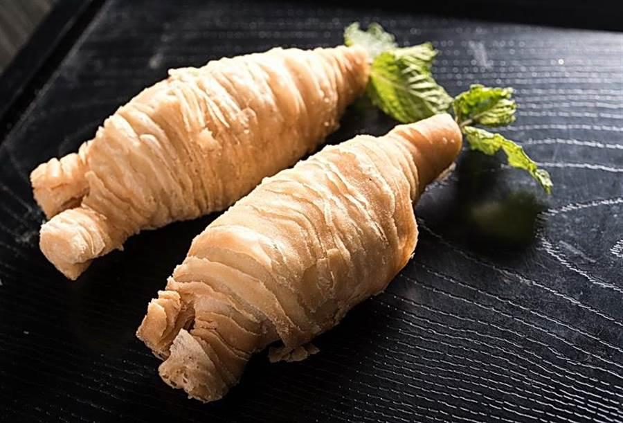 「蓮蓉人蔘酥」用千層酥皮打造人蔘模樣,內餡為白蓮蓉甜品,先慢火烤後再油炸,一口咬下,人蔘的清雅香氣瞬間溢出。(圖/台北六福萬怡酒店提供)