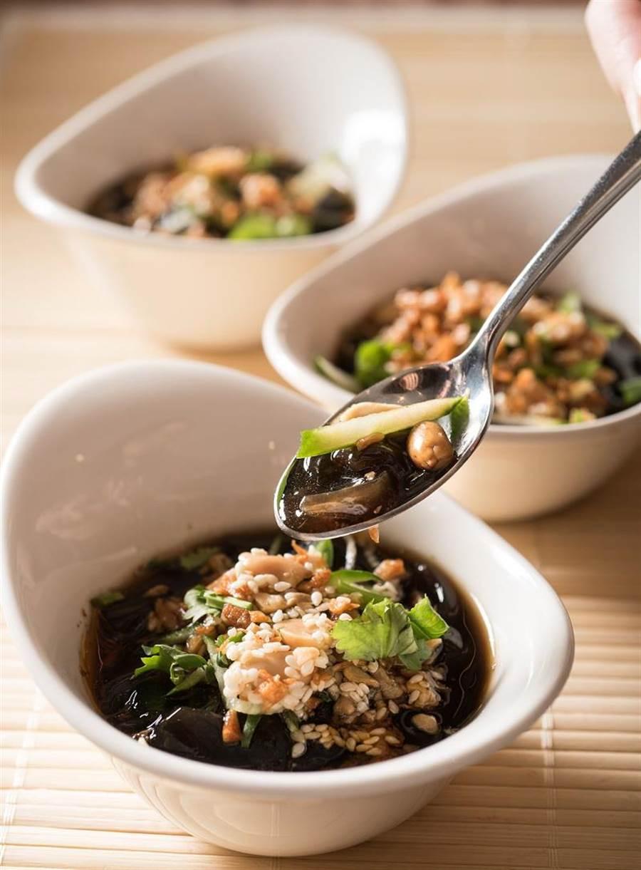 〈敘日〉全日餐廳推出「涼拌仙草麵」,入口盈滿花椒、花生、香菜等香氣,是夏日獨特的開胃菜。(圖/台北六福萬怡酒店提供)
