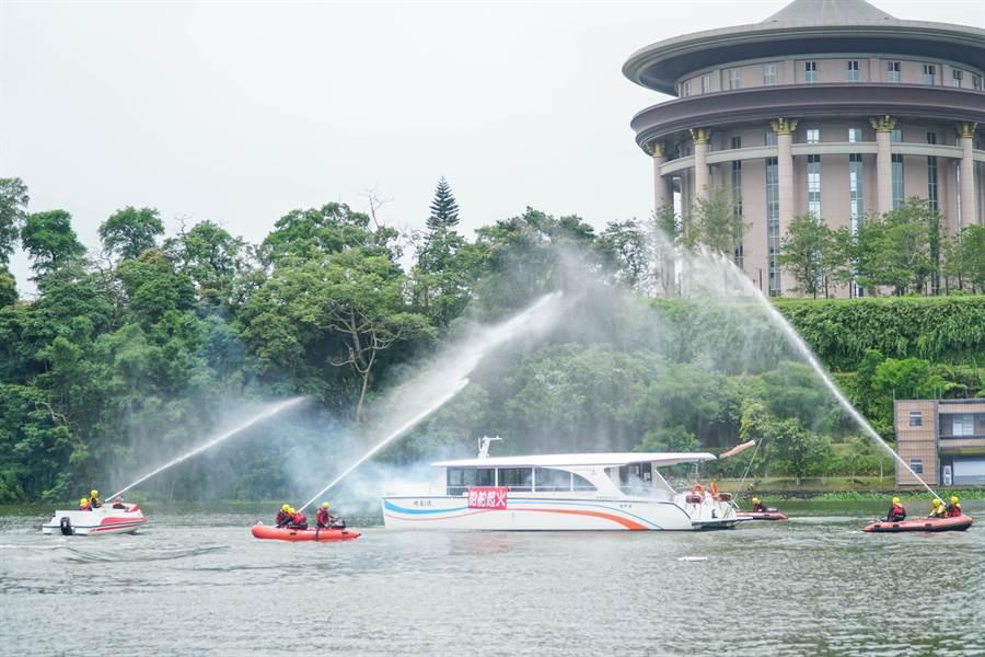 竹縣消防局首度在峨眉湖做「水上救生演練」。(羅浚濱攝)