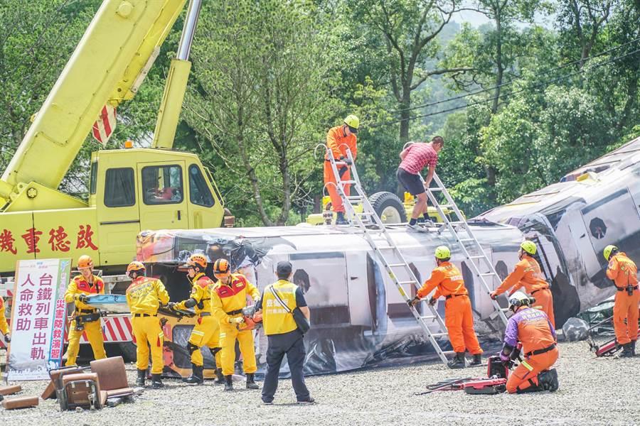 竹竹苗3縣市救災人員模擬「台鐵列車出軌人命救助」,強化各救災單位橫向連繫工作。(羅浚濱攝)