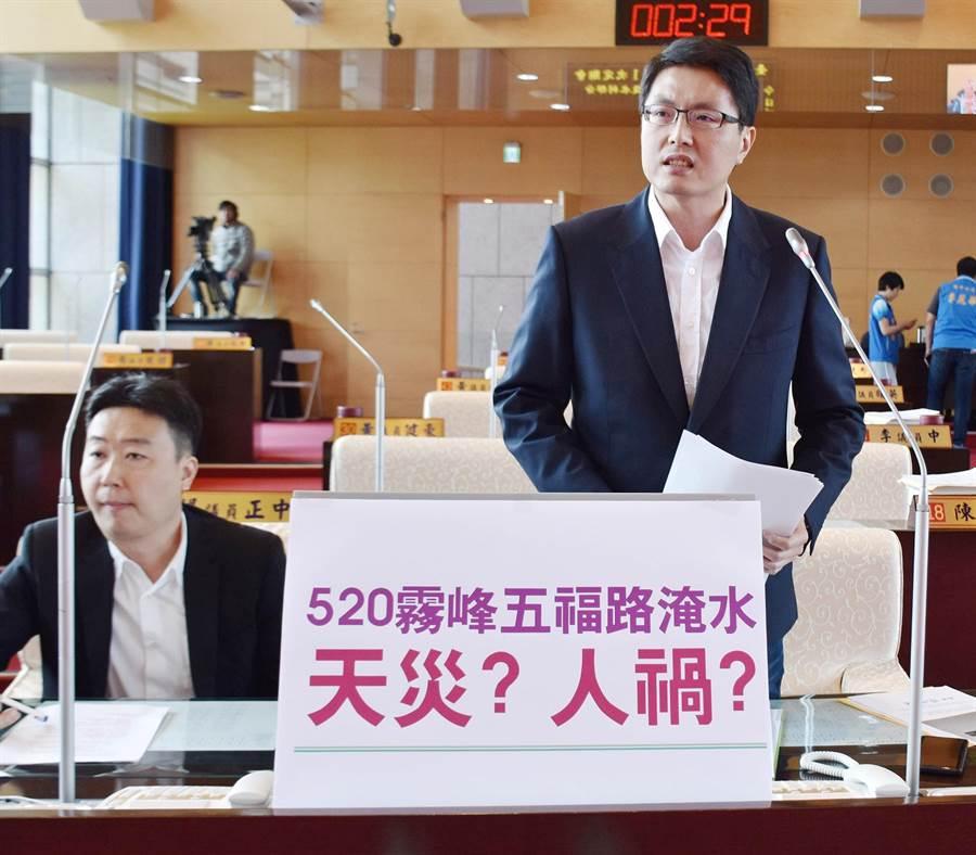 市議員林德宇(右)為民請命,質疑520水患是人禍;要求政風室嚴查是否有疏失。(陳世宗攝)