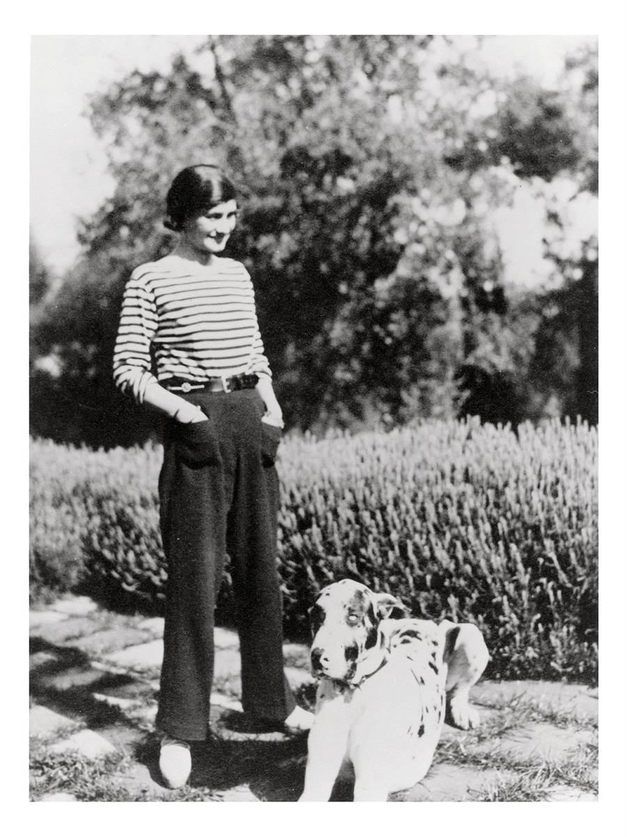1920 年代,香奈兒女士開始旅居蔚藍海岸,她喜歡跟迪米崔大公爵駕車到摩納哥,或是搭著藍色列車到南方旅遊。(香奈兒提供)