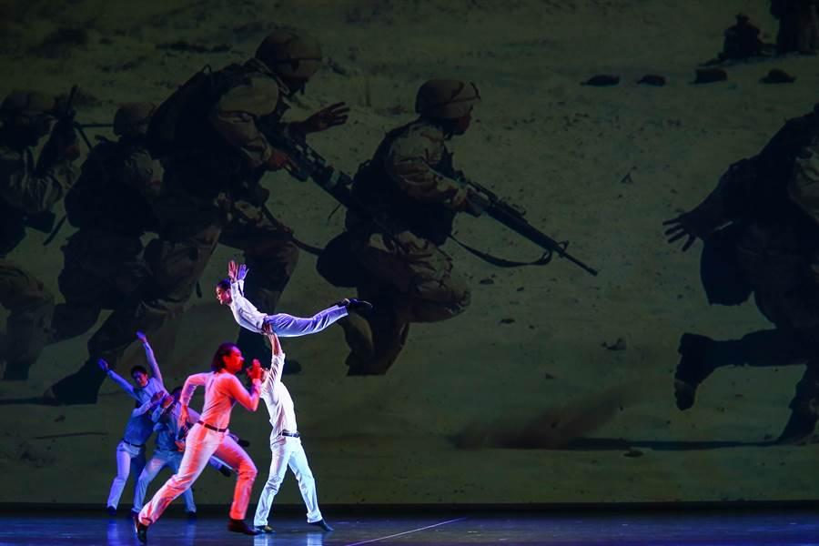 紙風車劇團2019《紙風車幻想曲》彩排記者會30日在台北國家戲劇院舉行,圖為其中的「身體練習曲」段落。(鄧博仁攝)