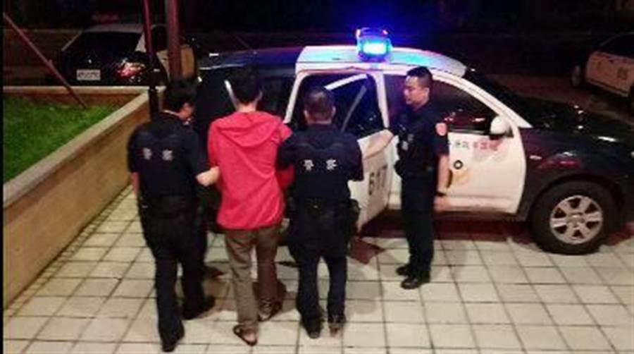 劉姓犯嫌涉嫌盜伐200公斤肖楠、扁柏木,恰巧遇上眼尖巡邏警察,被逮個正著。(邱立雅翻攝)