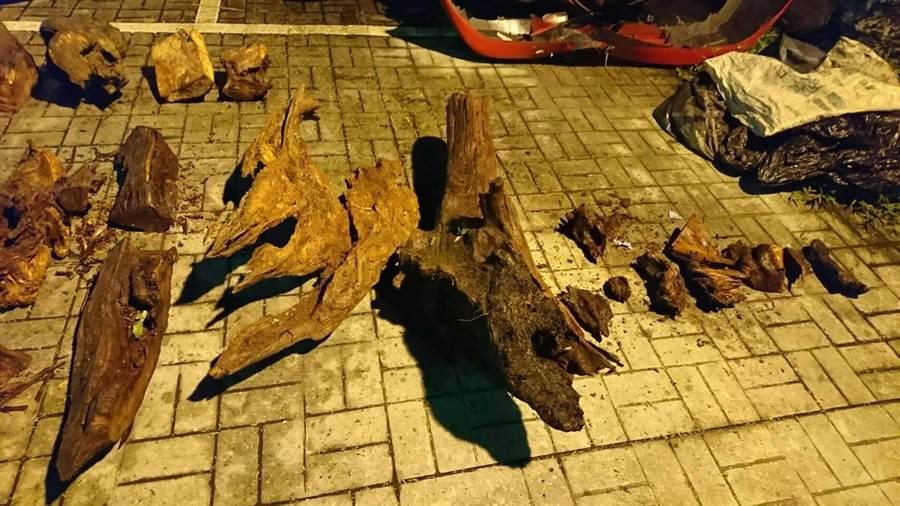 劉姓犯嫌涉嫌盜伐200公斤肖楠、扁柏木,該批木頭價值約20餘萬元。(邱立雅翻攝)