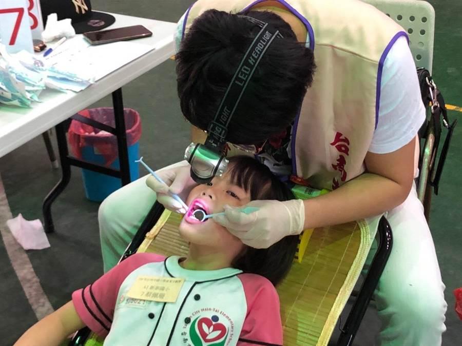 2019年台南市國小學童潔牙觀摩活動30日上午於新營區新民國小舉辦,期望藉由這項活動推廣全台南市的國小強化口腔衛生保健。(劉秀芬翻攝)