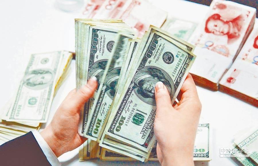 隨著全球金融市場陷入大幅震盪,美國3個月與10年期公債殖利率的利差創下3個月最大紀錄。(圖/新華社)