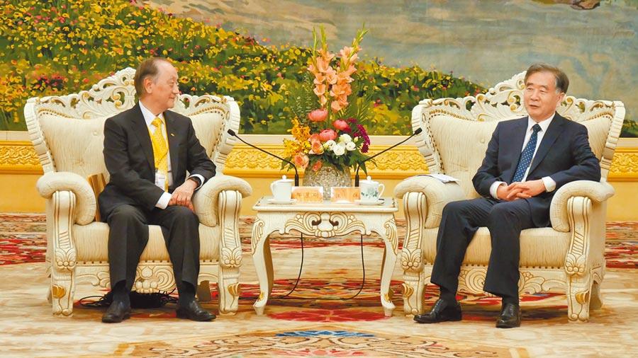大陸全國政協主席汪洋(右)29日下午在北京人民大會堂,會見新黨主席郁慕明(左)一行。(陳柏廷攝)