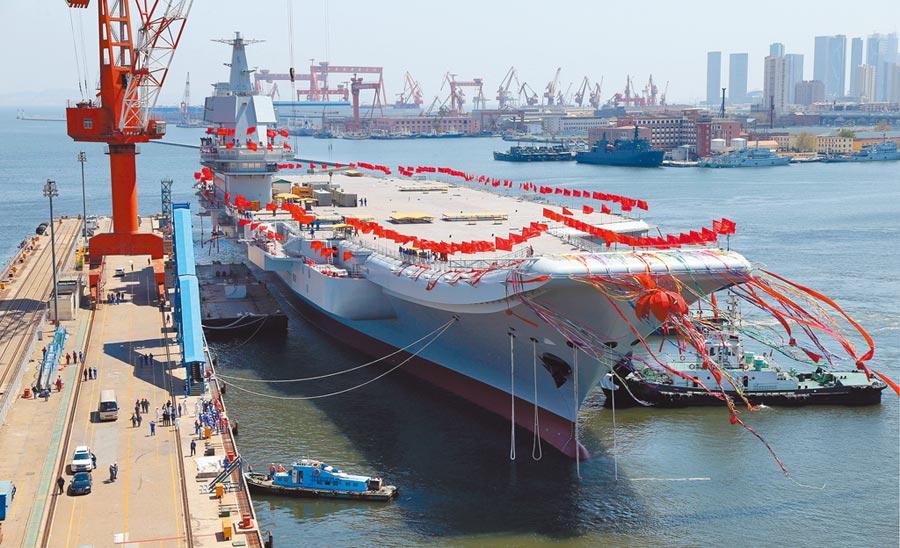 2017年4月26日,大陸第二艘航母在大連造船廠碼頭下水。(新華社資料照片)