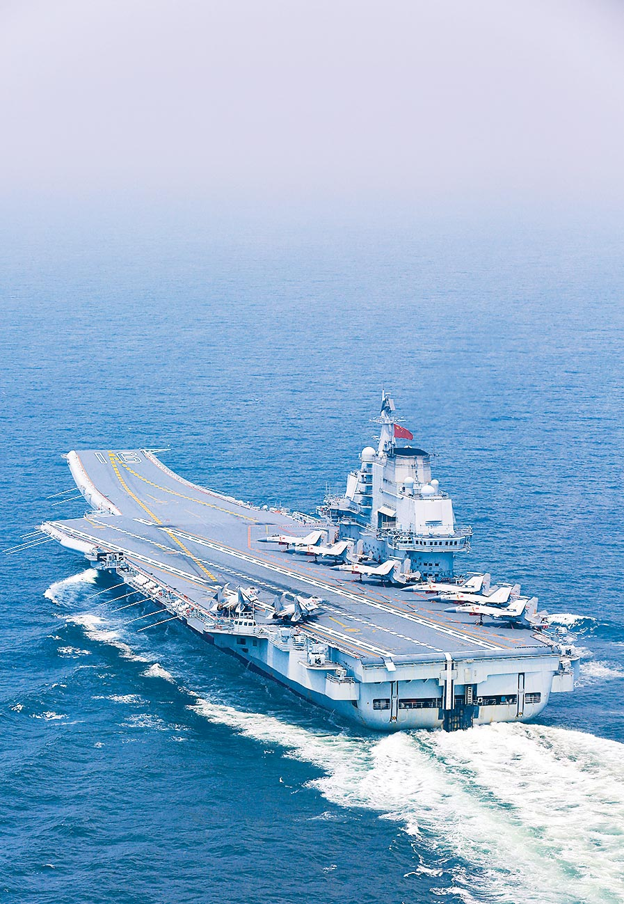 大陸航母遼寧艦在某海域機動航行。(新華社資料照片)