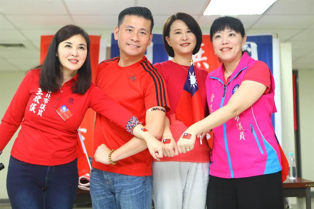 台北市議員王欣儀(左起)、戴錫欽、王鴻薇和新北市議員唐慧琳31日公布造勢小物,也提醒民眾6月1日全國團結力挺高雄市長韓國瑜造勢活動dress code穿著紅色上衣。(張立勳攝)