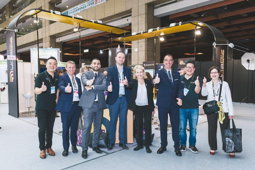 法國國會6位議員造訪InnoVEX展區與優納比創辦人Philippe Chiu(左一)及公關經理鄒宏平(右二)合影。圖/業者提供