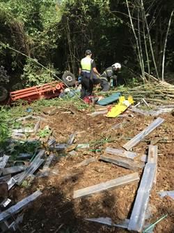 小貨車翻落20公尺山坡 2男受傷送醫
