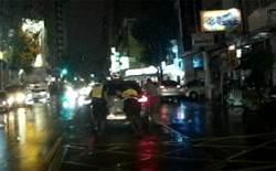 深夜大雨車拋錨 熱心民眾與警推車