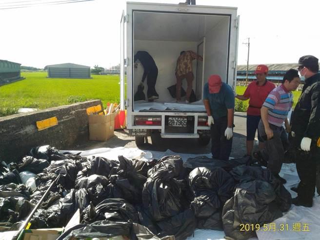 環保局至現場番雅溝汙染,除汙作業持續進行中,共計清出吸滿油汙的吸油棉片、棉索、棉球等廢棄物計150袋。(吳敏菁翻攝)