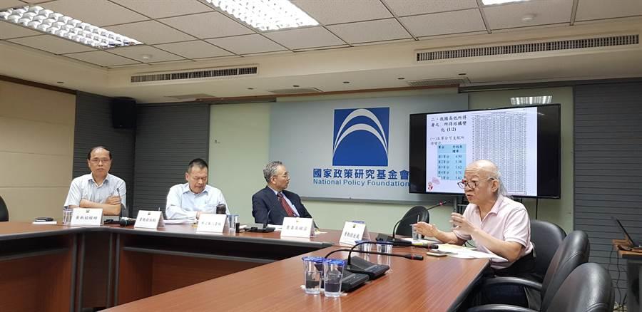 中國科大財政稅務系講座教授曾巨威直言,蔡政府的財政紀律「令人憂心」。(郭建志攝)