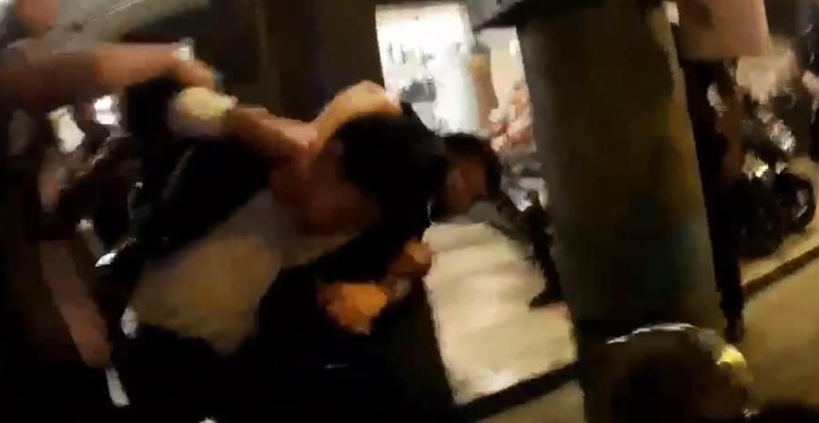 蔡男的前、現任女友糾紛,撂人街頭鬥毆,遭警制服。