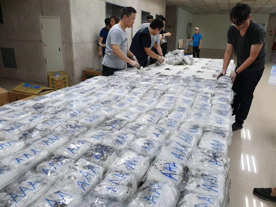 警方在100箱茶葉中發現夾藏毒品,共搜出400包、每包毛重約1公斤的安非他命。(林郁平攝)