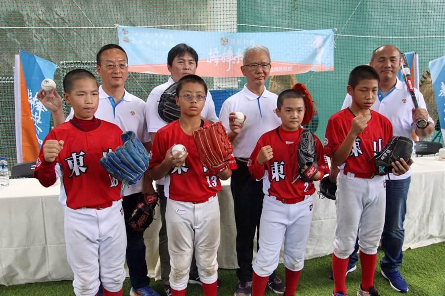 頂新和德文教基金會創辦人魏應充(後排左3)與味全龍隊教練團,走訪彰化基層學校並捐贈球具、設備。(圖/頂新和德文教基金會提供)