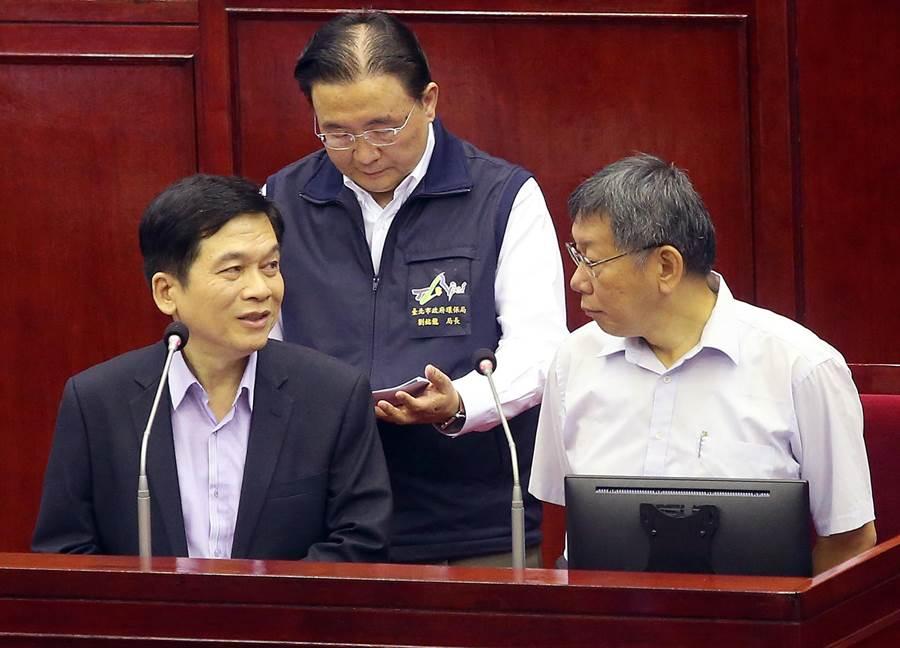 今市政總質詢上,台北市長柯文哲、都發局長黃景茂(左)、環保局長劉銘龍(後排)又被新系議員問及大巨蛋議題。(趙雙傑攝)