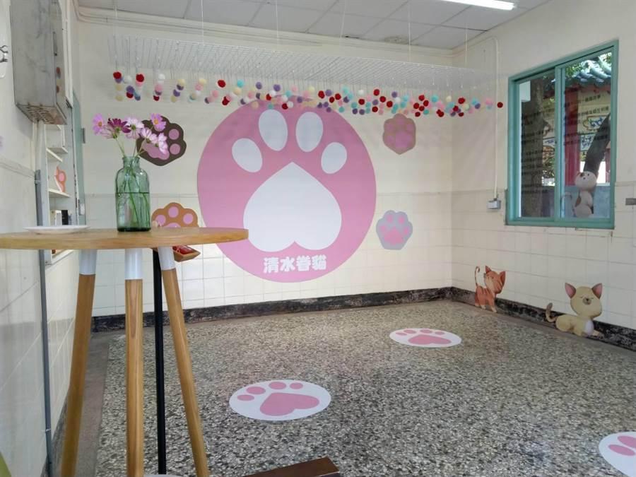 「眷村貓屋」是清水眷村文化園區的祕境,貓奴趕快來「嚕貓」及「吸貓」吧。(陳淑娥攝)
