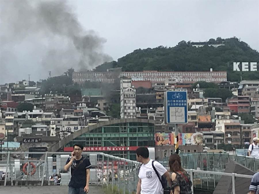 「基隆鬼廟」淨因禪寺發生火警,濃煙大到整個虎仔山清楚可見。(張穎齊攝)