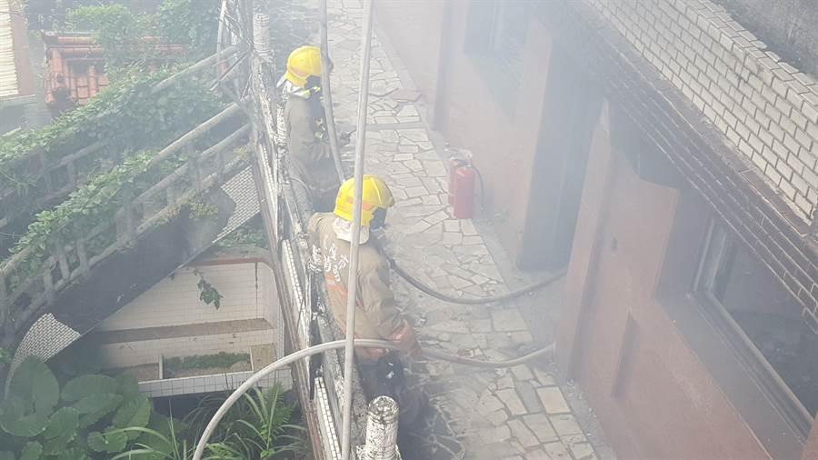 「基隆鬼廟」淨因禪寺發生火災,消防員到場救火。(張穎齊攝)