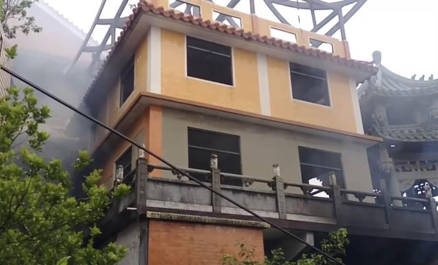 「基隆鬼廟」淨因禪寺發生火警,濃煙密布。(基隆市議員楊石城提供)