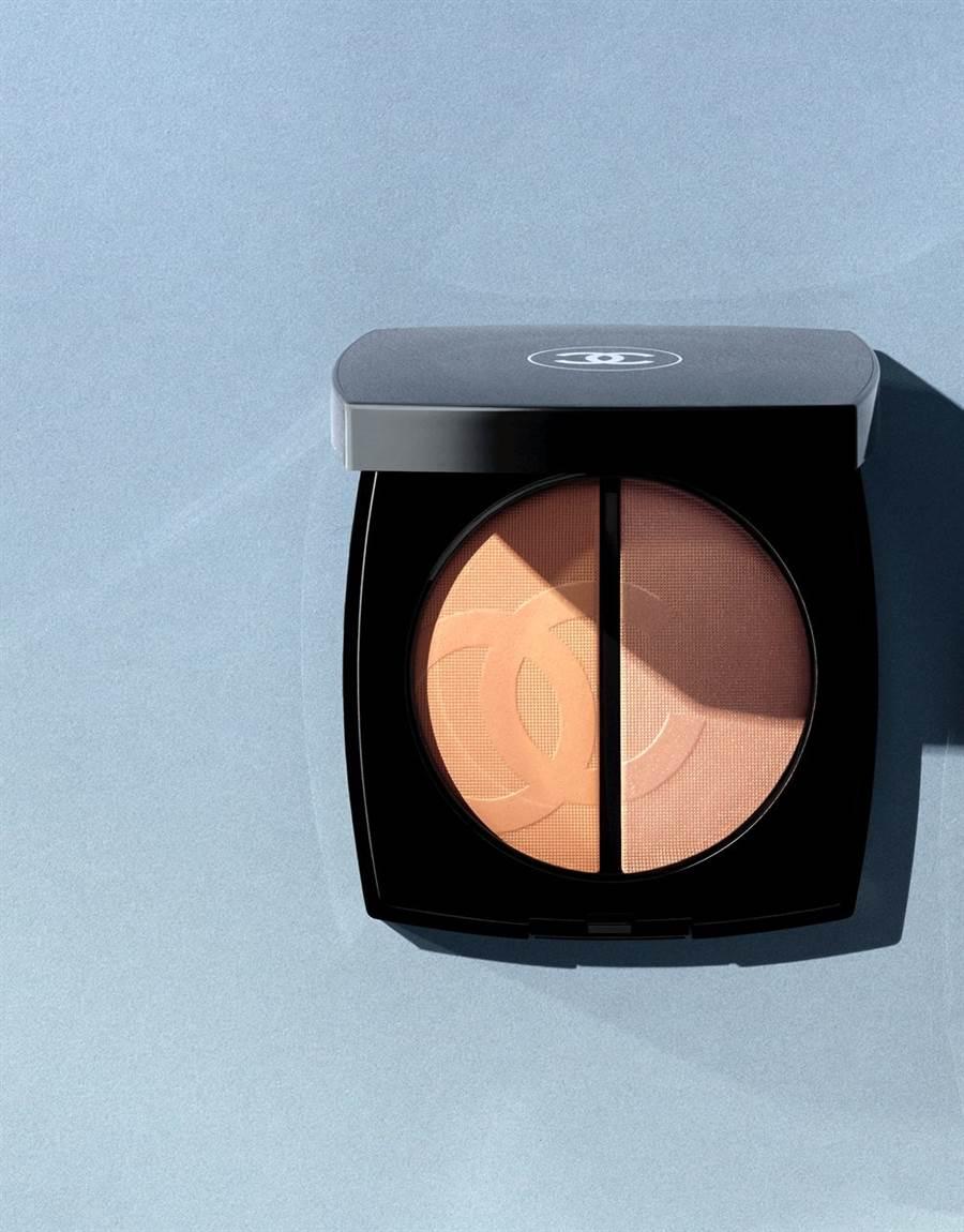 光影之戀系列香奈兒亮采調光盤,強調的是光澤,而非陰影,因此透過光線的折射,讓膚質和肌膚立體度呈現自然的完美質感。CHANEL限量亮采調光盤#明亮(粉色調打亮 / 淡裸色)/2,270元