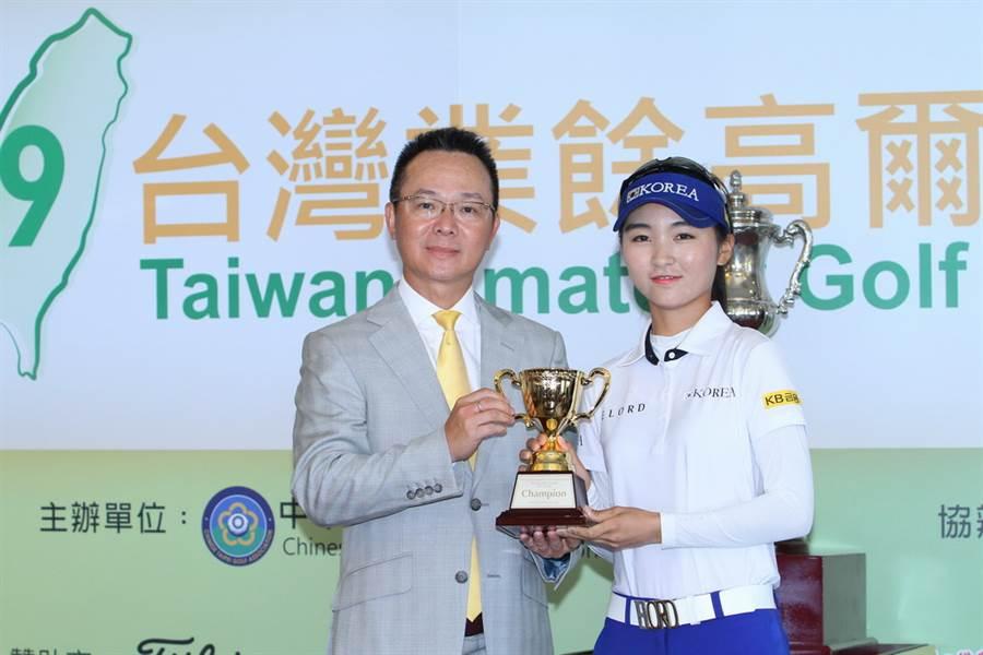 韓國選手李藝媛(右)獲得女子組個人、團體雙料冠軍。(圖/中華高協提供)