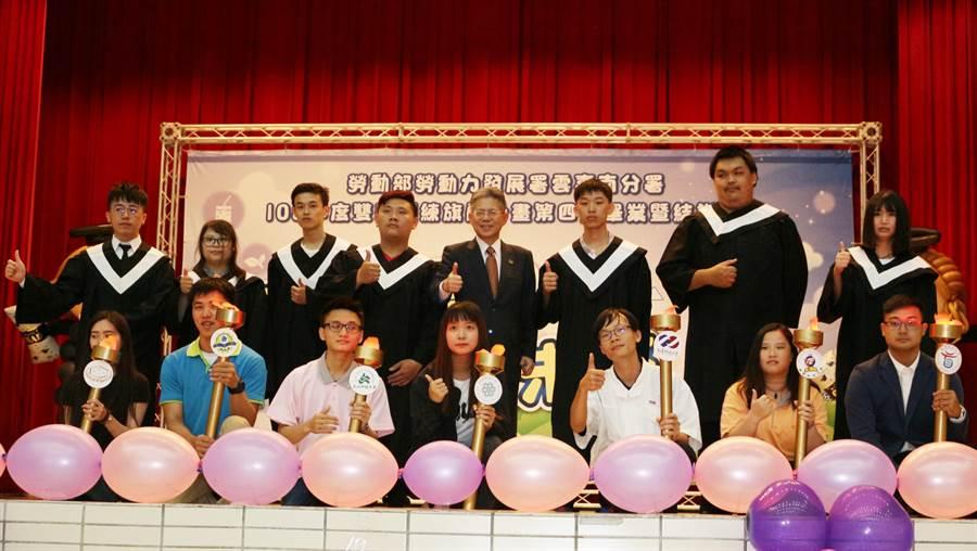 勞動部勞動力發展署雲嘉南分署昨天舉辦「雙軌訓練旗艦計畫」聯合畢典,今年共7校275位畢業生。(曹婷婷攝)