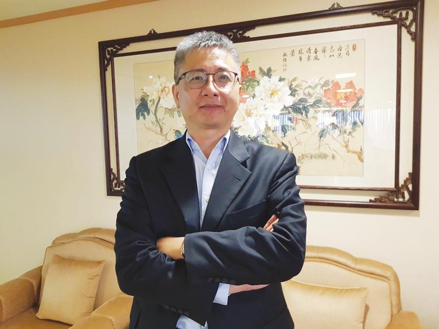 智冠財管中心總經理鍾興博表示,網龍端遊資源豐富,未來將陸續轉為手機遊戲,衝刺營運。圖/劉季清