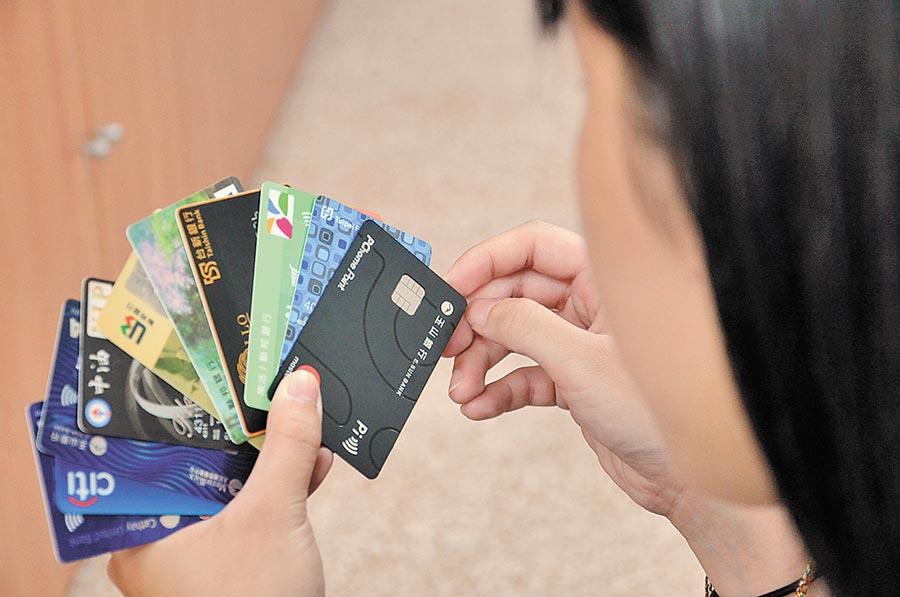 桃園市消費者服務中心統計,今年至今因轉貸、債務整合產生的消費爭議已有10件,提醒民眾切勿輕信類似廣告。(賴佑維攝)