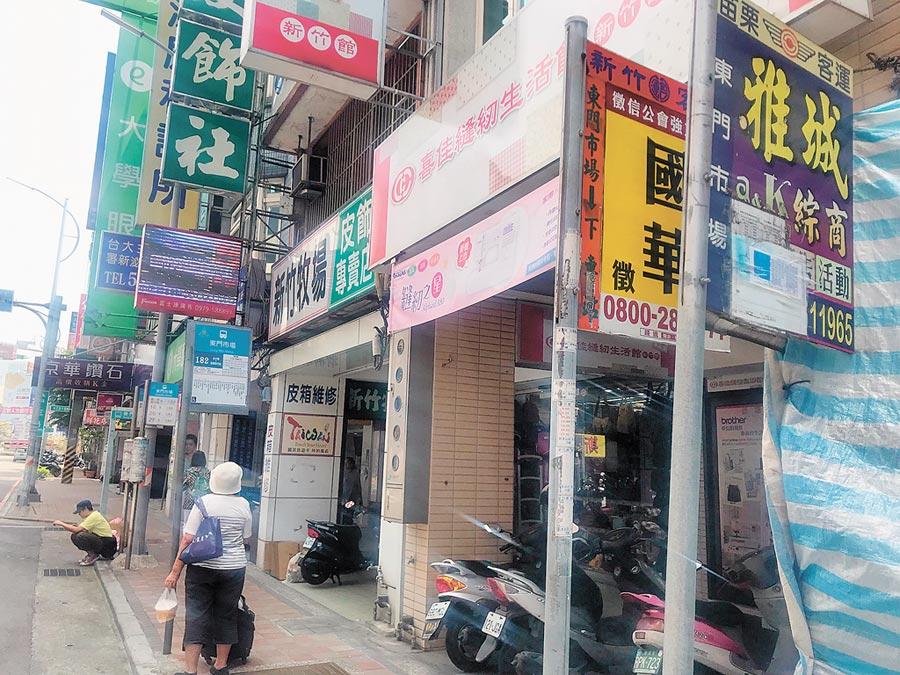 新竹市公車站牌雜亂、不易識別,市府將進行整頓規畫,最快7月從中正路等主要道路示範做起。(陳育賢攝)