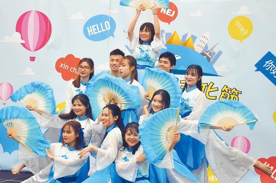 朝陽科大越南學生傳統舞蹈表演,博得滿堂彩。(朝陽科大提供)