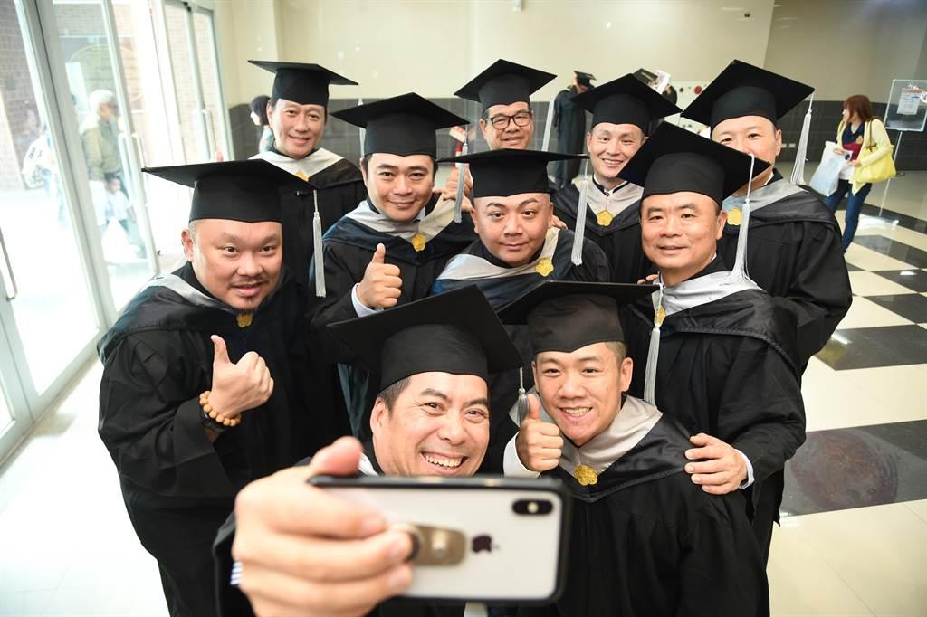 中山大學第20屆EMBA畢業班10位企業家,出書當作畢業獻禮 。(柯宗緯攝)