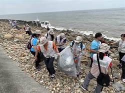 新街溪出海口漂廢衣物 民眾:來到未開發國家?