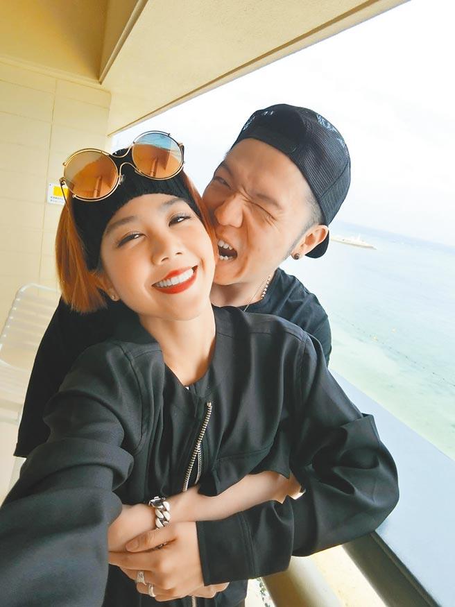 大飛(後)與楊晨熙交往至今,經常在臉書放閃。